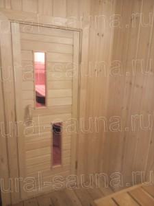 Деревянная дверь в сауне